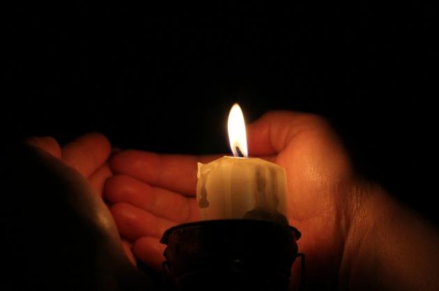 scaldare le mani fuori le candele